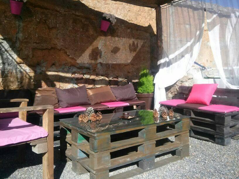 Como construir muebles con palets o tarimas de madera for Ideas para terrazas baratas