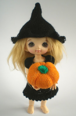 Miniature knitting patterns for Halloween - Pukifee and Lati Yellow dolls