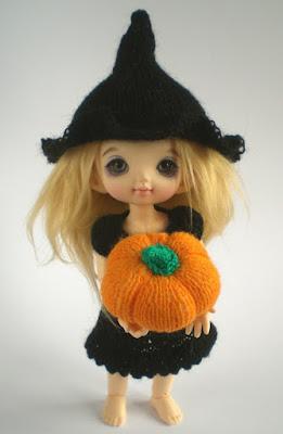 Miniature knitting patterns for Halloween - Pukifee and Lati Yellow dolls