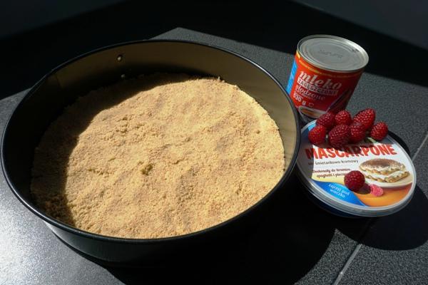 tarta malinowa bez pieczenia, mascarpone, mleczko skondensowane, bez jajek, spód z ciasteczek
