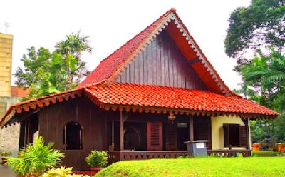 Rumah tradisional khas Jakarta dinamakan Rumah Kebaya. Atapnya berbentuk joglo. Pembagian ruangannya serambi depan disebut Paseban, dindingnya terbuat dari panil-panil yang dapat dibuka buka dan digeser ketepi. Hal ini dimaksudkan untuk ruangan yang lebih luas. Bila suatu waktu diadakan acara hajatan atau selamatan.
