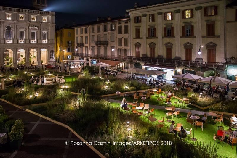 jardin piet oudolf diseñado en plaza vecchia de bergamo