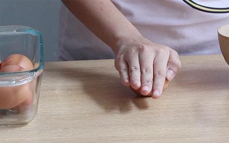 Mẹo bóc vỏ trứng luộc nhanh và dễ