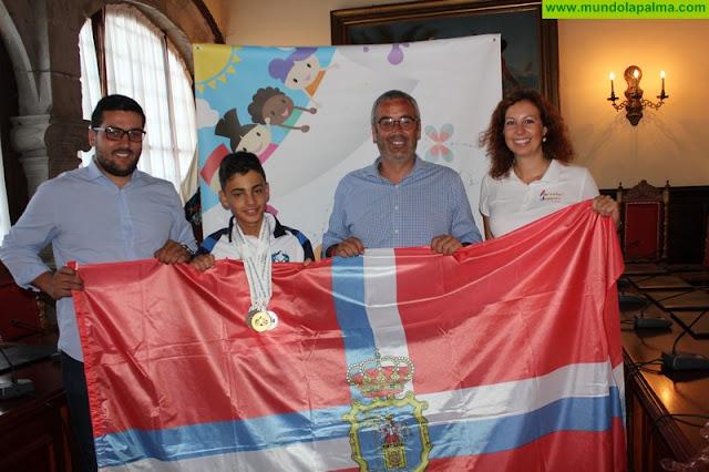 El Ayuntamiento de Santa Cruz de La Palma recibe a Alejandro Pérez Andrada tras su éxito en las Olimpiadas de Deportes Mentales