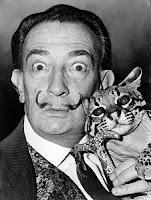 Salvador Dalí en la década de los 60 con un ocelote