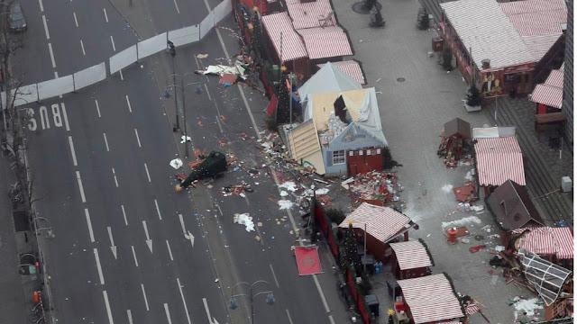 A polícia alemã intensificou as buscas nesta quarta-feira pelo motorista de um caminhão que matou 12 pessoas ao invadir um mercado natalino em Berlim, e disse estar seguindo diversas pistas