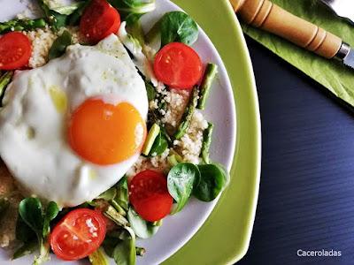 Ensalada de cous cous con verduras y huevo
