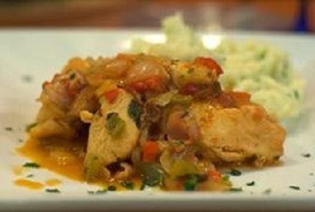 Pollo guisado con tomates y cebolla