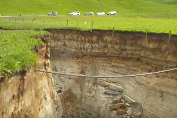 Τεράστια τρύπα άνοιξε σε φάρμα αποκαλύπτοντας ένα μυστικό 60.000 ετών