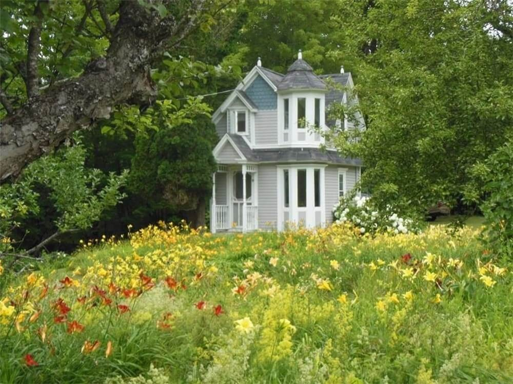 06-The Meadow-in-front-of-the-House-Architecture-in-Tiny-Victorian-Cottage-www-designstack-co