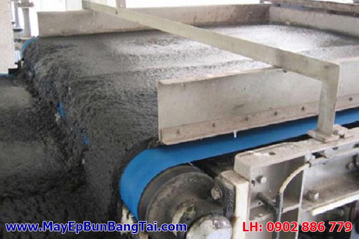 Bánh bùn sau ép của máy ép bùn bnag8 tải có độ ẩm còn cao