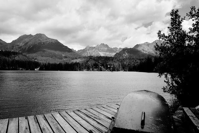 Szczyrbskie Jezioro, Tatry, Słowacja. Krajobraz. Czarno-biała fotografia. fot. Łukasz Cyrus