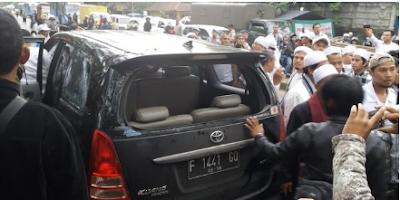 Mobil Rombongan FPI yang mengawal Habib Rizieq Shihab ke Mapolda Jawa Barat diserang Preman
