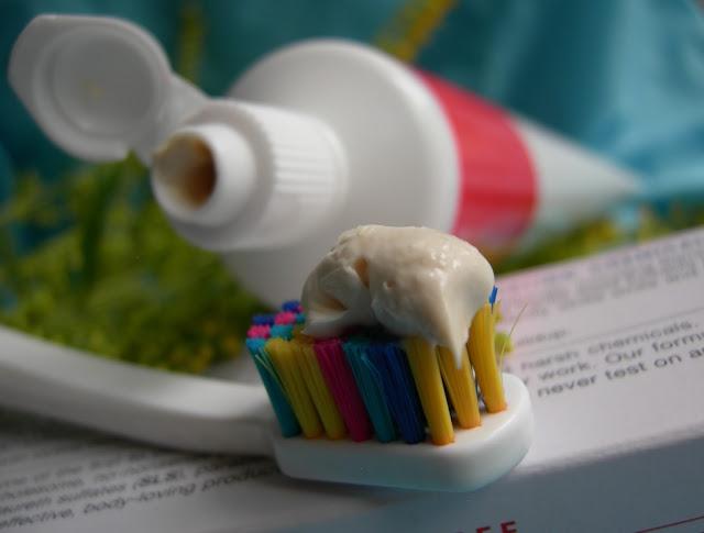 Отбеливающая зубная паста PowerSmile от Jason Natural с мятным ароматом