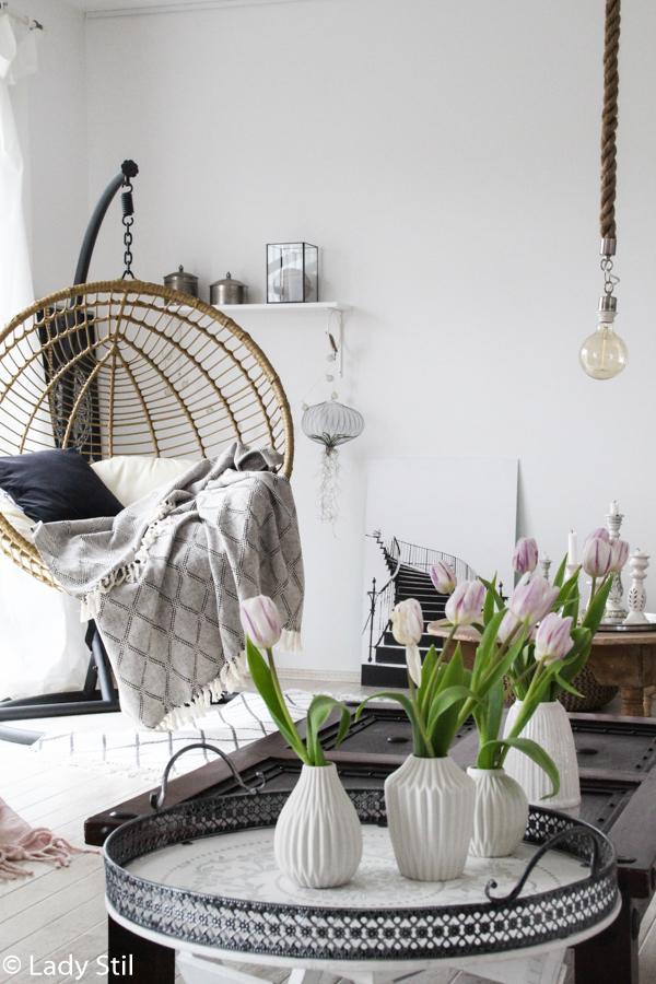 wie man mit wenigen Mitteln ein monocromes Zuhause in ein frühlingshaftes, fröhliches Interior-Ambiente verwandelt, Hängesessel