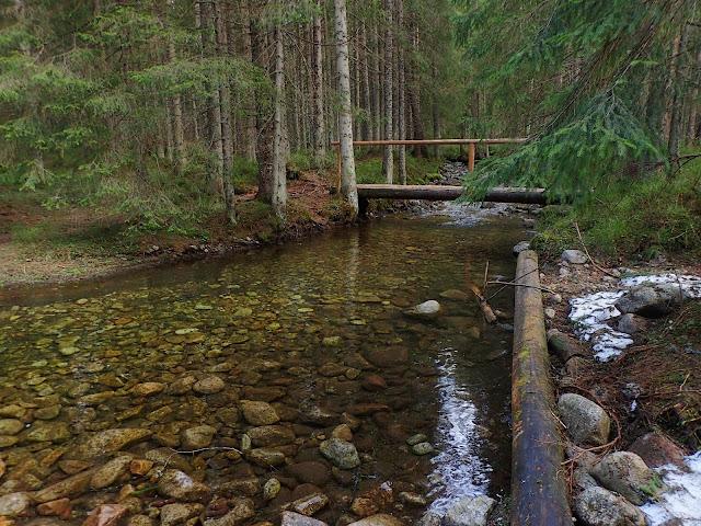 Potok przy mostku wygląda jak jakaś rzeczka na nizinach