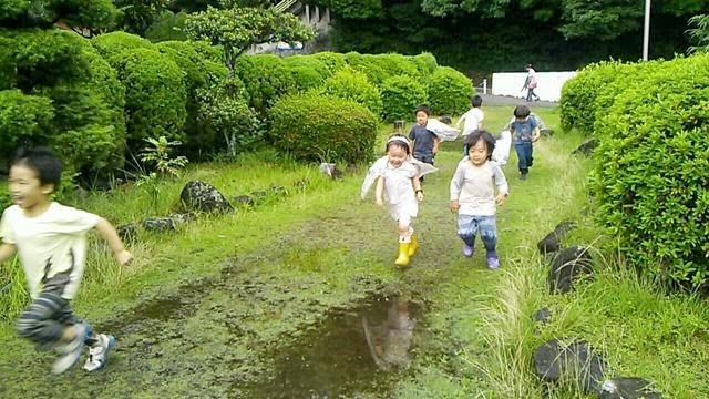 雨の日の子どもたち