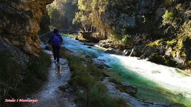 Caminando cerrada Elías, río Borosa, Pontones, Sierra de Cazorla, Jaén, Andalucía