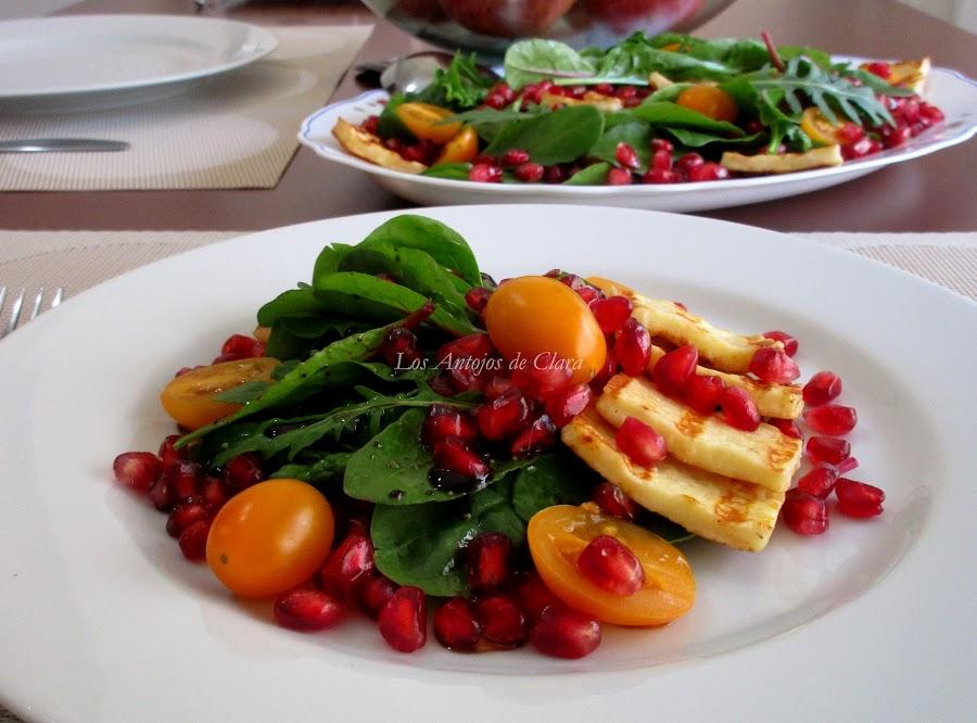 Ensalada de espinacas con granada, tomates cherry y queso asado