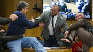 لاري نصار يتعرض للضرب من والد الفتيات الثلاثة خلال محاكمة مغلقة