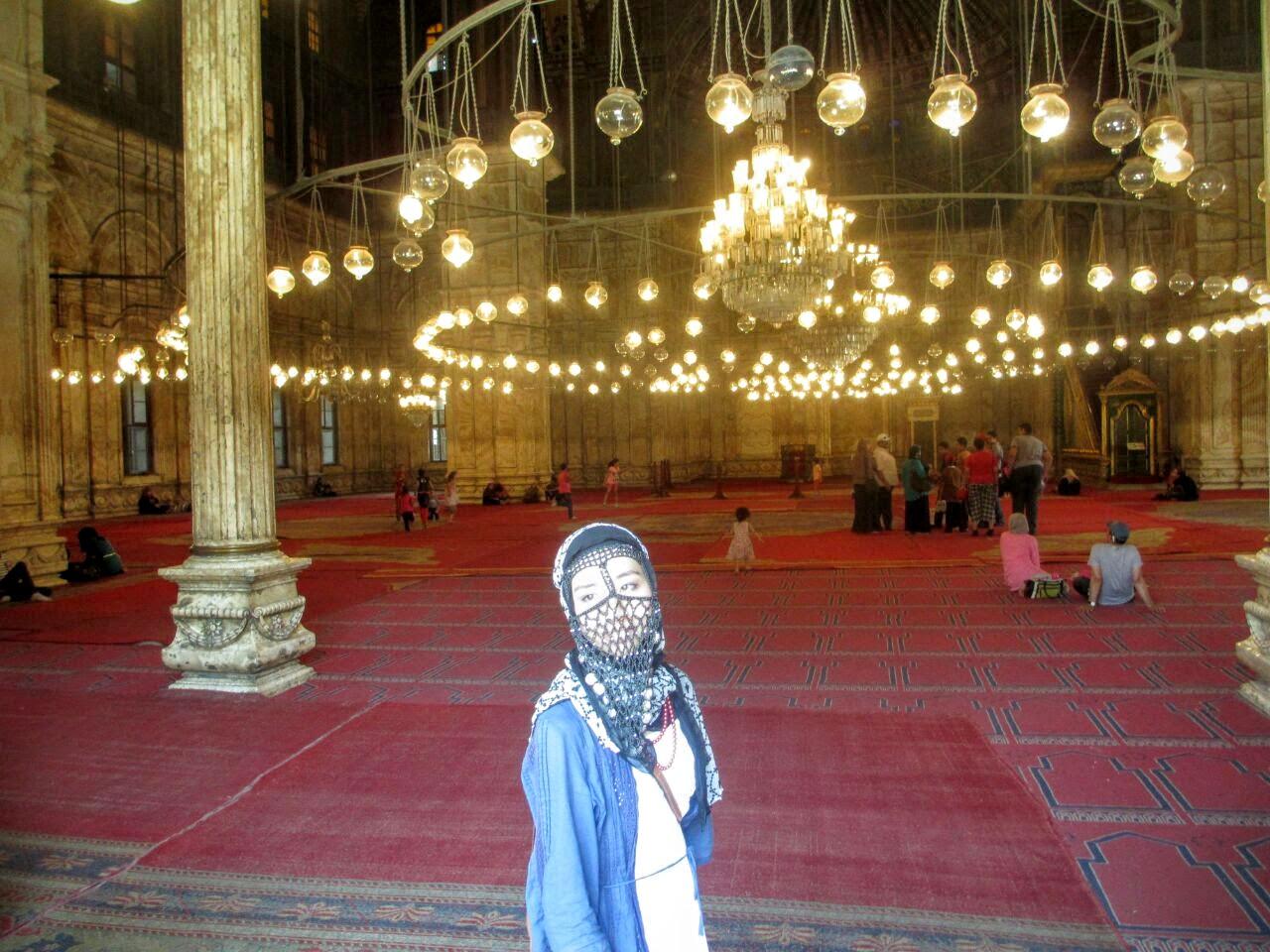 モスクにて、ニカブに近いヤシュマクを着て撮影