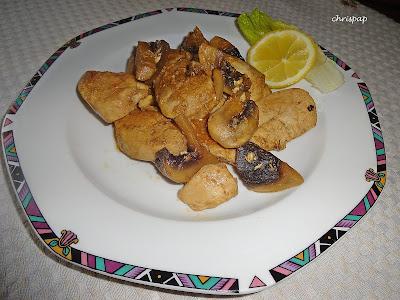 Νόστιμο και θρεπτικό πιάτο με κοτόπουλο και μανιτάρια γαρνιρισμενο με φυλλο μαρουλιου
