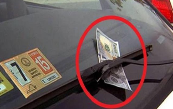AWAS! Jangan Sekal-kali Ambil Duit di Wiper Mobil. Ini Bahaya yang Akan Terjadi...