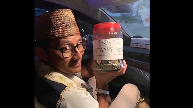 Di Sorong, Sandiaga Uno Dikasih Toples Isi Uang Receh untuk Bayar Utang Negara