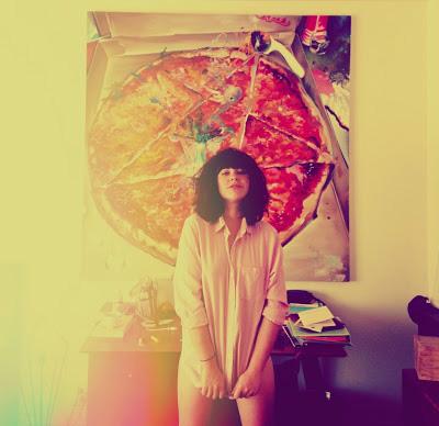 cassandra lee hamilton con foto de pizza y pentagrama detrás de ella
