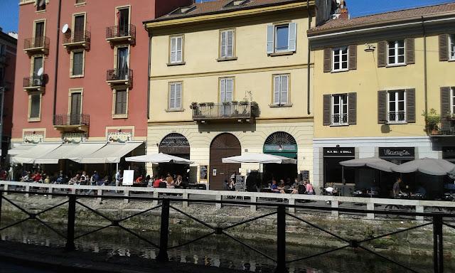 בתי קפה ומסעדת על גדות התעלה
