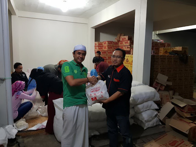 Penyerahan Paket Sembako dari PT. Khinansyah Group ke Lazismu Jember