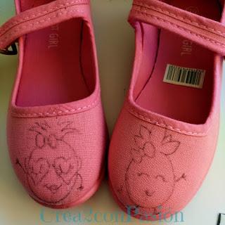 Zapatillas-infantiles-rosas-pintadas-a-mano-con-piñas-crea2-con-pasión