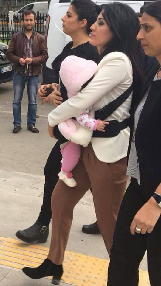 لترديدها جملة حوكم عليها مع طفلتها بالسجن سنة وثلاثة أشهر!!!!