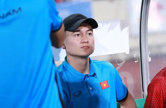 """Thủ môn Lâm """"Tây"""" thất thần khi bị HLV Park Hang Seo bỏ rơi 1"""
