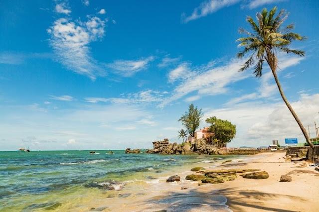 Phú Quốc là địa điểm số 1 của các bạn trẻ khi lựa chọn địa điểm du lịch Tết Nguyên đán 2018 năm nay, Phú Quốc có biệt danh là Đảo Ngọc - là thiên đường nhiệt đới của miền Nam và là một bức tranh tuyệt mỹ về thiên nhiên với biển xanh, cát trắng, nắng vàng.
