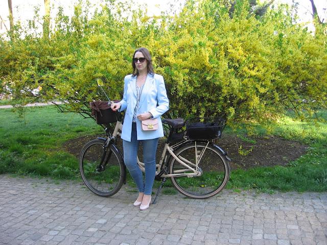 Projekt wiosna, miasto i rower – stylizacja z pastelowo niebieską marynarką
