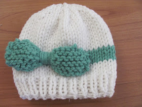 http://twentysomethinggranny.blogspot.com.es/2013/01/knitted-baby-bow-hat.html