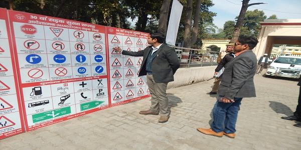 Vaahan-chalako-ko-helmet-evam-seat-belt-lagane-ke-liye-prerit-kiya-gaya-deepak-shah