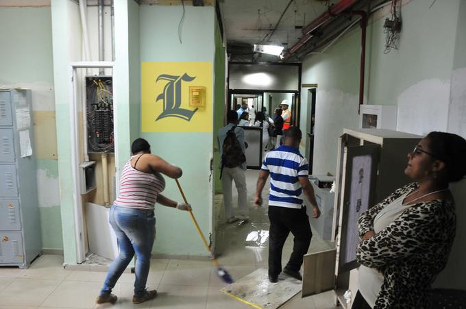 Médicos y enfermeras abandonan labores en hospital Moscoso Puello por contaminación e inseguridad