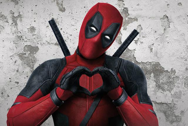 """Novo Filme do Deadpool em 2018? Com a compra da FOX pela Disney, muita coisa parece que vai mudar em relação aos filmes da empresa. A FOX adiou muita das suas produções, algumas delas como X-Men: Fenix Negra, pode ter uma ligação direta com a fusão com a Disney. Porem o que mais chamou a atenção foi o fato de termos um """"novo"""" filme do Deadpool ainda em 2018, infelizmente não é um terceiro filme, mas sim uma versão natalina de Deadpool 2, que chegará aos cinemas ainda este ano."""