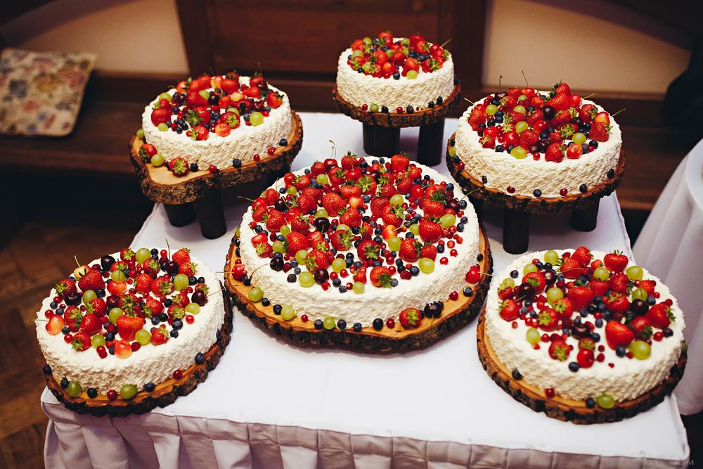 kāzu kūka torte augļi zemenes koka ripas