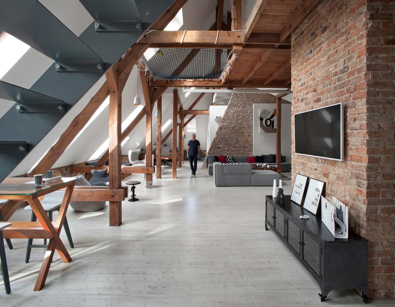 Plan deschis și o amenajare modernă într-o mansardă de 170 m²