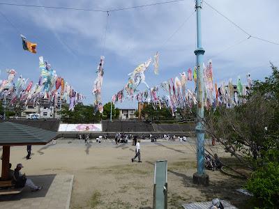 芥川桜堤公園の上空を泳ぐ約1000匹のこいのぼり