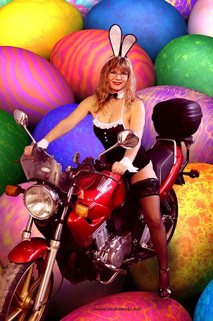 pääsiäispupu, easter bunny, Viivi, Honda CB 500, pupuasu, sexy bunny costume, stay up, korkokengät, high heels, isto rinnat, big brests
