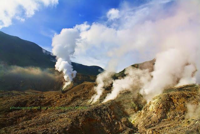 Kawah aktif Gunung Papandayan.