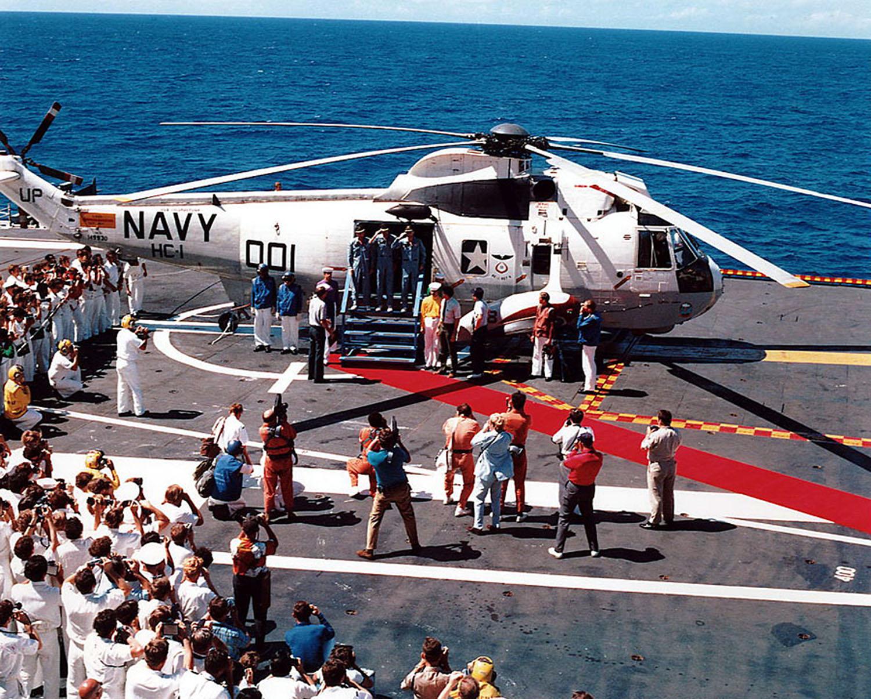 Аполло́н-16  Экипаж на авианосце
