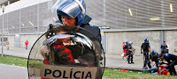 Το παιδάκι από τα επεισόδια στην Πορτογαλία που συγκλόνισε: Παρακολουθεί ουρλιάζοντας τα ΜΑΤ να δέρνουν τον πατέρα του