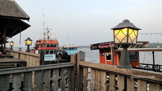Beberapa perahu dan kapal yang berlabuh di sekitar cafe