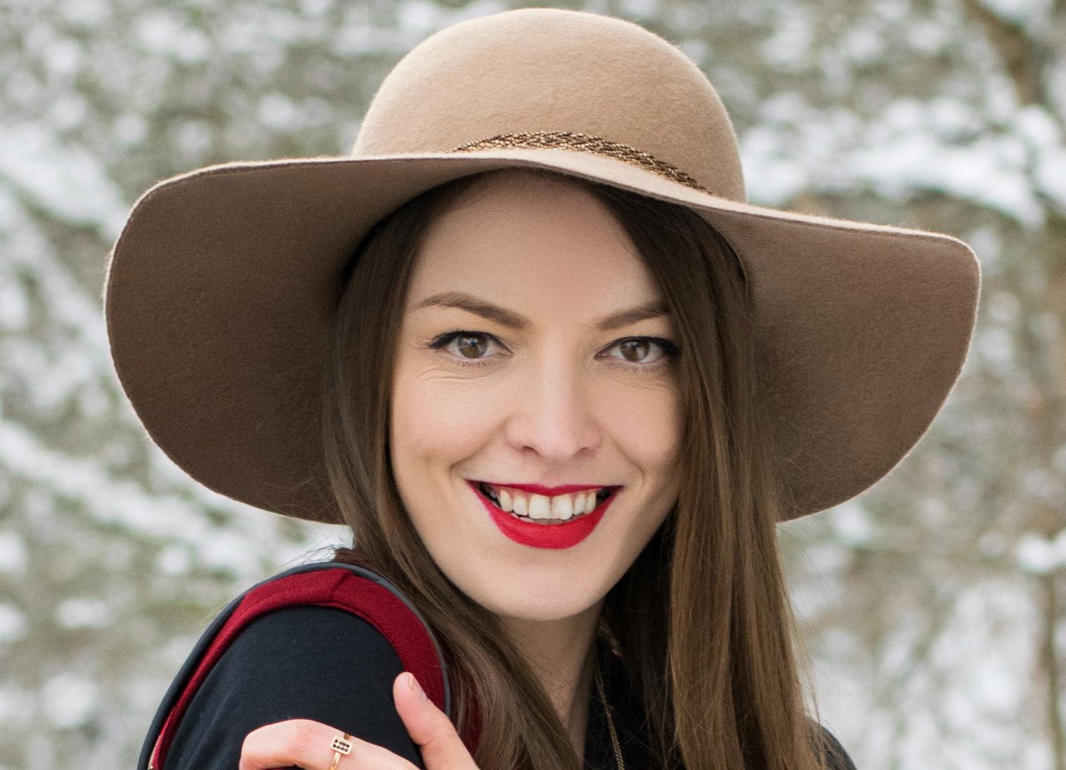 dlhá bordová vesta & orieškový klobúk
