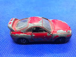 トヨタ スープラのおんぼろミニカーを側面から撮影